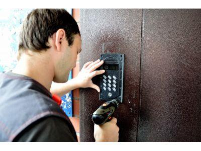 Кто обслуживает домофоны по адресу?
